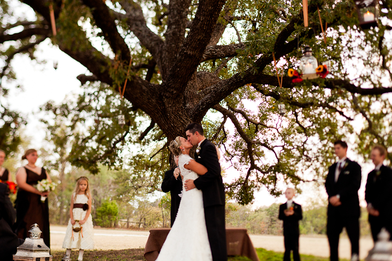 wedding kiss at white oaks ranch